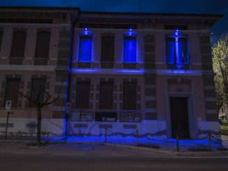Municipio colorato blu aprile 2019